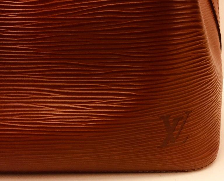 - Vintage Louis Vuitton brown epi bucket bag with drawstring closure.  -Measurements : 25cm x 26cm x 19cm. Drop: 30cm to 36cm.(adjustable holes).