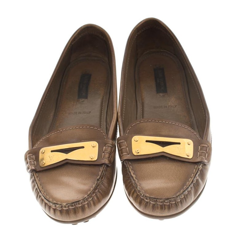 Stylish and super comfortable, this pair of loafers by Louis Vuitton will make a great addition to your shoe collection. They have been crafted from leather and styled with gold-tone penny keeper straps. Leather insoles and rubber outsoles