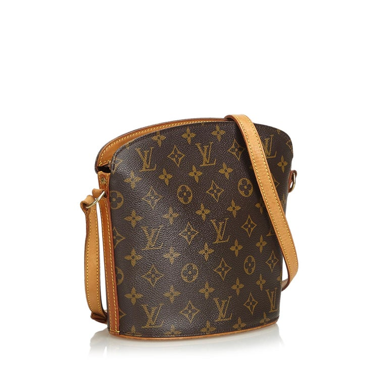 The Drouot features a monogram canvas body, an adjustable leather shoulder strap, a top zip closure, and an interior slip pocket. It carries as B condition rating.  Inclusions:  This item does not come with inclusions.   Louis Vuitton pieces do not