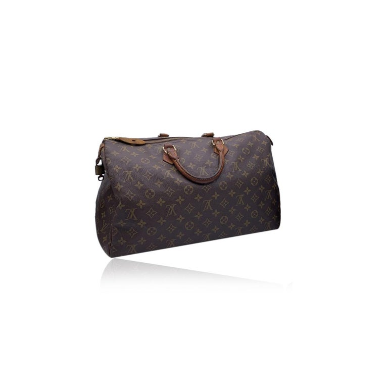 This classic Louis Vuitton SPEEDY 40, one of the most popular lines in the LV monogram. Upper zipper closure. Brown fabric lining and 1 side open pocket inside. Natural leather handles and piping. LV - LOUIS VUITTON monograms on canvas ,'LOUIS