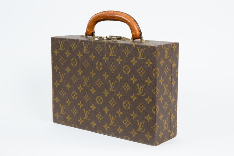 Louis Vuitton brown Monogram Jewell case luggage featuring two Louis Vuitton keys numbered ( n°128092), a leather handle, inside brown velvet and leather compartments, brass hardware.  Inside Louis Vuitton stamp numbered 899485. In excellent vintage