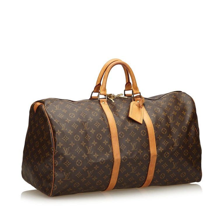 The Keepall 55 features a monogram canvas body, rolled leather handles, a detachable shoulder strap, and a top zip closure. It carries as B condition rating.  Inclusions:  Padlock Key   Louis Vuitton pieces do not come with an authenticity