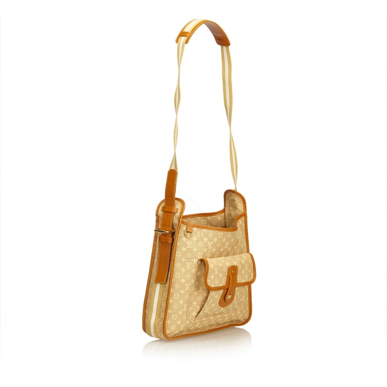The Mary Kate features a mini lin canvas body, flat strap, open top, exterior flap pocket with a stud closure, and interior zip, slip and open pockets. It carries as B+ condition rating.  Inclusions:  This item does not come with inclusions.   Louis