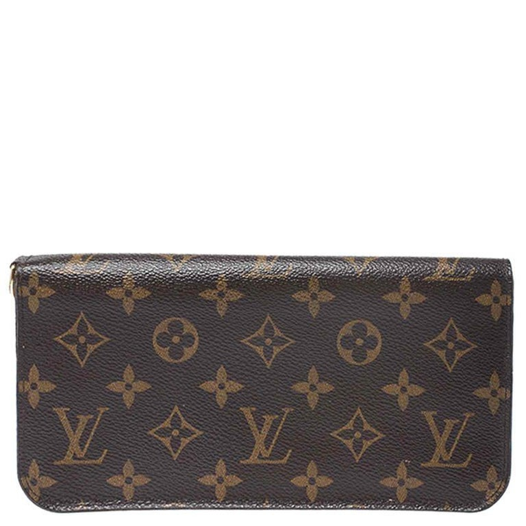 A wallet should not only be good-looking but also functional, just like this pretty Insolite from Louis Vuitton. Crafted in Spain, this gorgeous number flaunts the signature Monogram on the exterior and snap buttons that reveal multiple slots and