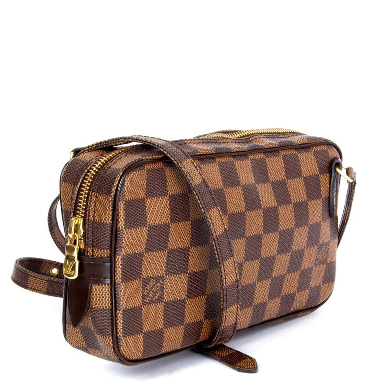 100% authentic Louis Vuitton Pochette Marly Bandouliere in Ebene Damier coated canvas. Opens with a zipper on top and is lined brown coated canvas. Comes with gold-tone hardware and an adjustable shoulder strap. Has been carried and is in excellent