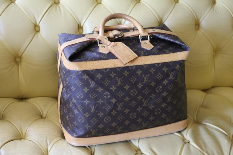 Beautiful and lightweight travel bag in monogram canvas and leather. This monogram bag is no longer available in Louis Vuitton stores. This is a collector piece. Cabin size. It features its serial number and it still has got it name holder. Its