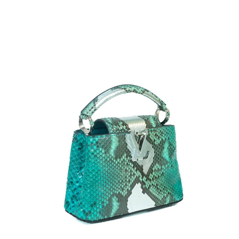 - Designer: LOUIS VUITTON - Model: Capucines - Condition: Very good condition. Few scratches - Accessories: Dustbag - Measurements: Width: 19cm, Height: 13cm, Depth: 7,5cm, Strap: 96,5cm - Exterior Material: Python - Exterior Color: Green - Interior