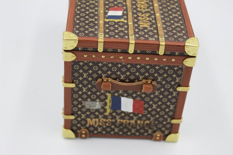 Decorative Louis Vuitton Miss France paperweight. Collectible item har to find Good condition just some light signs of use. Size 15,5x8,5cm