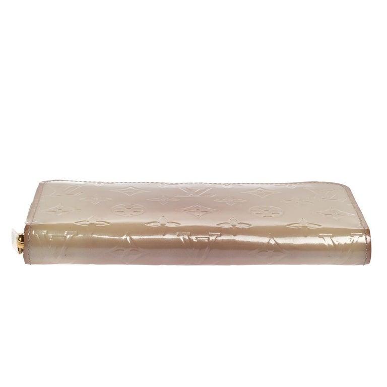 Women's Louis Vuitton Cream White Monogram Vernis Zippy Wallet For Sale