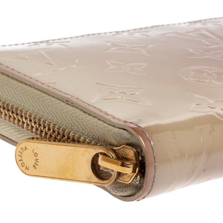 Louis Vuitton Cream White Monogram Vernis Zippy Wallet For Sale 4