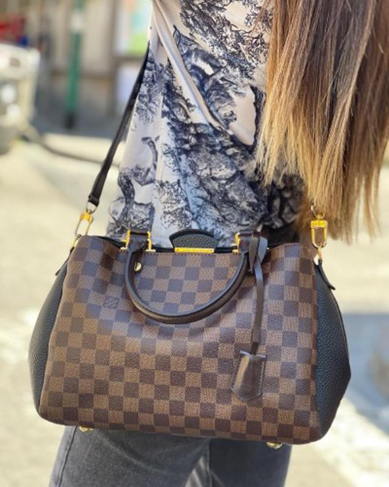 Louis Vuitton bag, Brittany model, made of damier canvas with black leather inserts and golden hardware.  Equipped with a button closure, internally lined in black suede, quite roomy.  Equipped with two rigid brown leather handles, a 1 cm thick