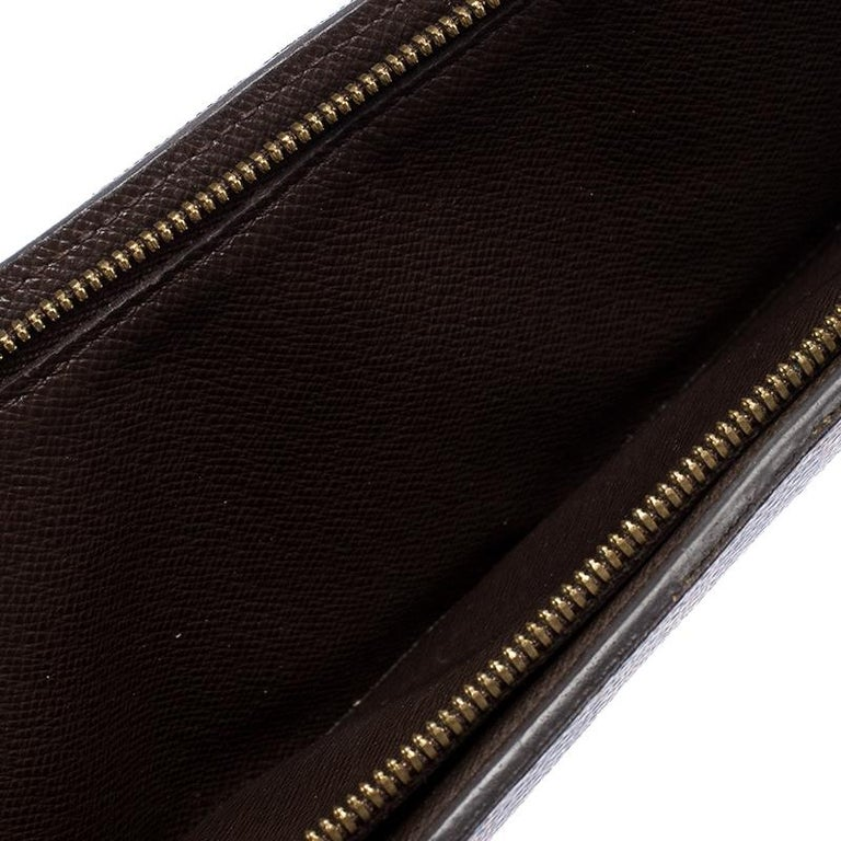Store your essentials effortlessly in this sturdy wallet by Louis Vuitton. Crafted from the brand's Damier Ebene canvas, this Insolite wallet is an accessory that is great to carry all your essentials. The leather interior is spacious and has card