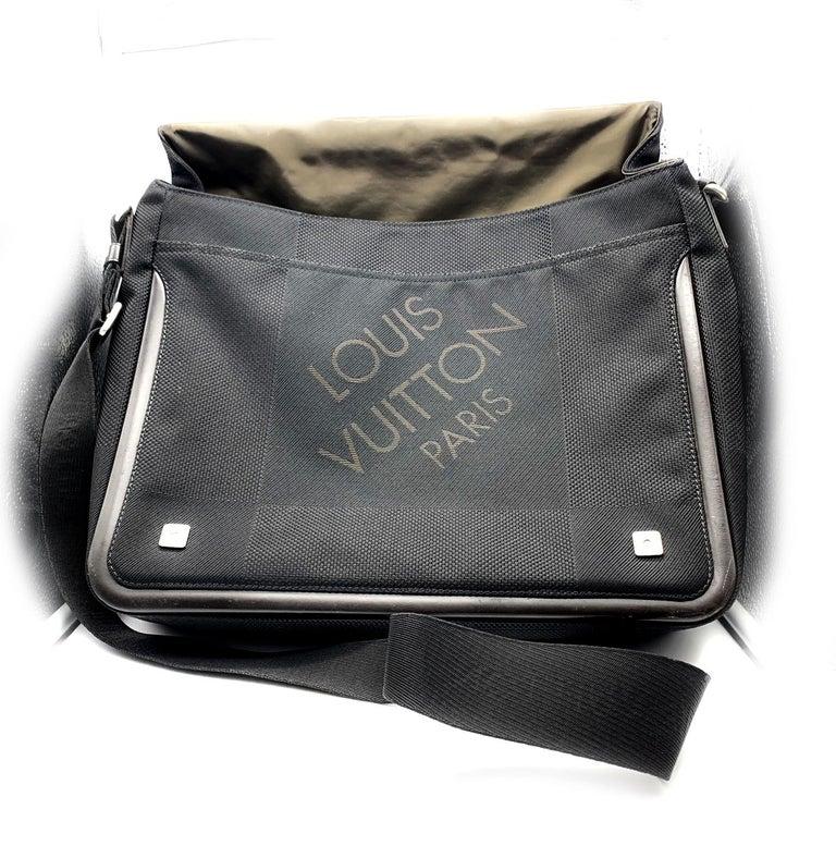 LOUIS VUITTON Damier Geant Messenger Bag Black In Good Condition For Sale In Scottsdale, AZ