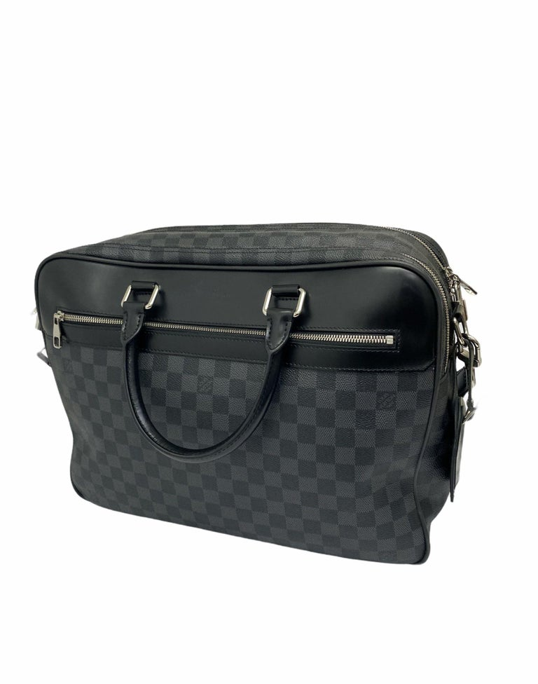 Louis Vuitton Damier bag, made of leather with silver hardware. The bag is equipped with a zip closure, internally lined in fabric, very roomy. The product has two rigid handles in black leather and a 4 cm thick adjustable and removable fabric