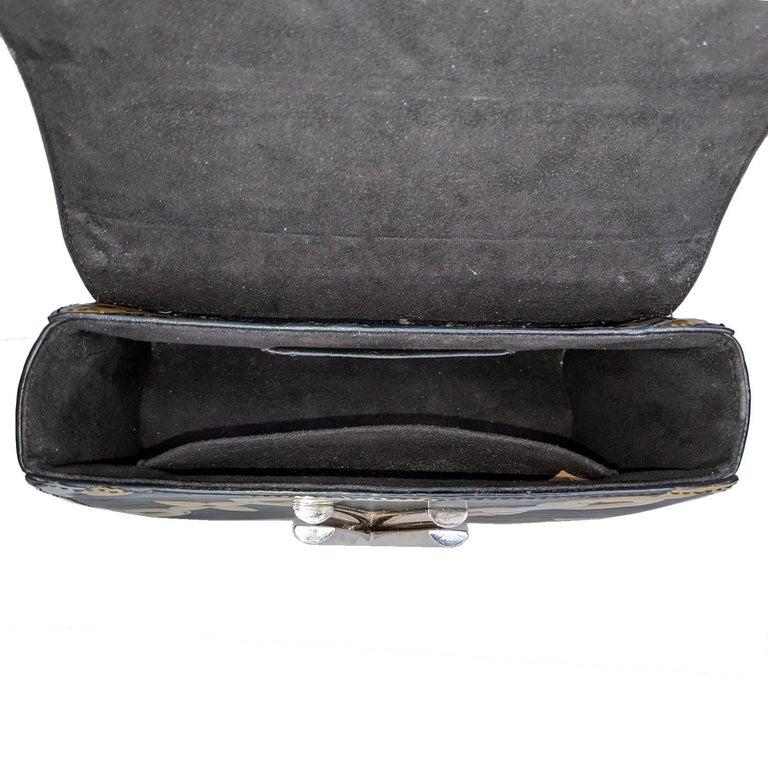 Louis Vuitton EPI Chain Flower Print Twist MM Cross-body Bag For Sale 2