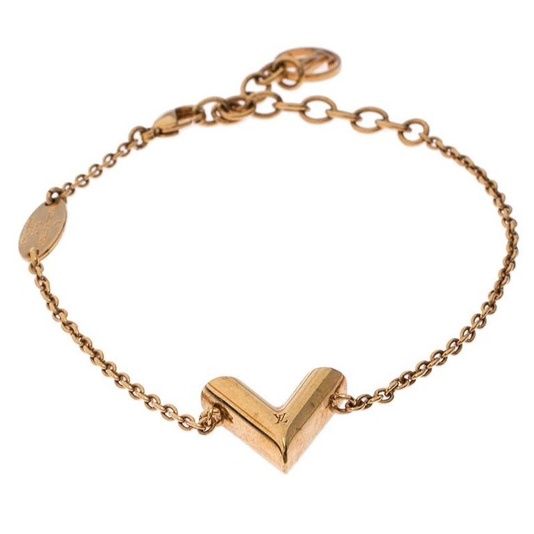 Allow this astounding bracelet designed by Louis Vuitton to adorn your wrist. Crafted from gold-tone metal, this bracelet is accentuated with the letter 'V' and profiles a slim chain. It is finished with the LV logo and a lobster clasp.  Includes: