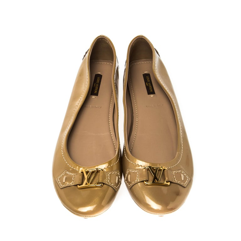 Chic and smart, these patent leather ballet flats are adorned with gold-tone LV accents on the vamps. These fabulous flats have round toes and rubber pebbling on the outsoles. From Louis Vuitton, they are perfect to be paired with any outfit of your