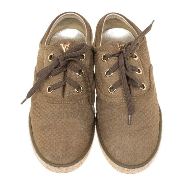 Masterfully crafted from quality suede, these Louis Vuitton sneakers are the perfect choice for day to day outings. They have a low top silhouette and the look is rounded off with lace-ups on the front. The pair features the iconic Damier print all