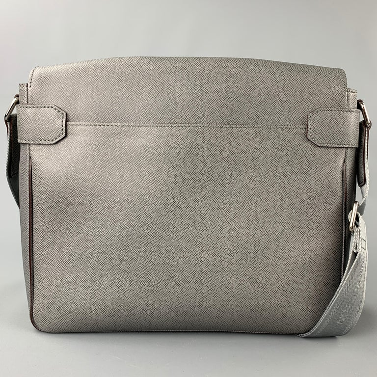 LOUIS VUITTON Grey Leather Taiga Roma MM Messenger Bag In New Condition For Sale In San Francisco, CA