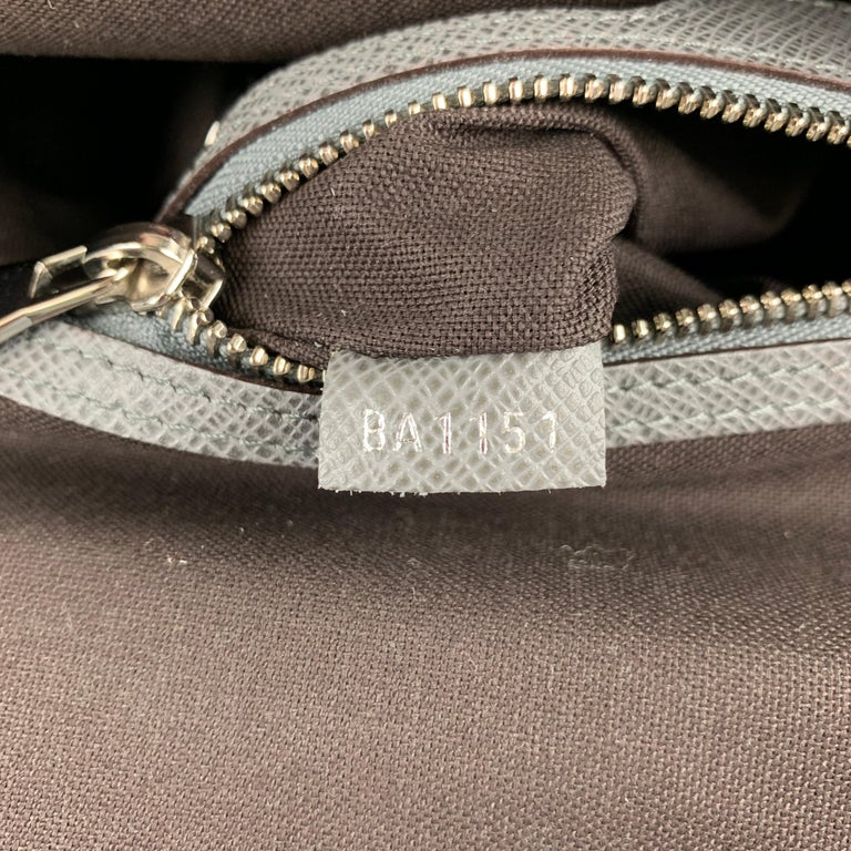LOUIS VUITTON Grey Leather Taiga Roma MM Messenger Bag For Sale 1