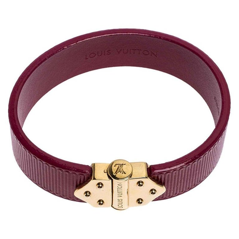 To accompany all your outings, day in and day out, Louis Vuitton brings you this gorgeous bracelet that has been made from epi leather. The bracelet is complete with an engraved slide clasp inspired by the hinges of the LV trunks that are popular