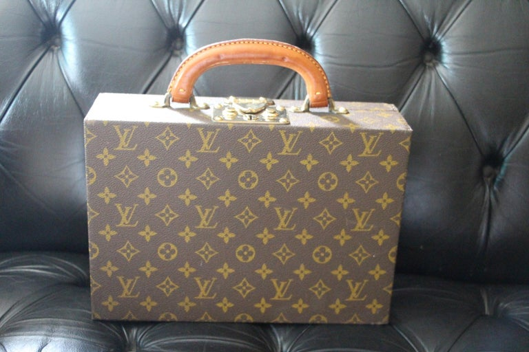 This Louis Vuitton jewelry case in monogram canvas is the ideal refined travel accessory. It features 7 different-sized compartments and closes securely with an S-lock .1 key. Monogram canvas, leather and velvet interior Golden brass pieces S-lock