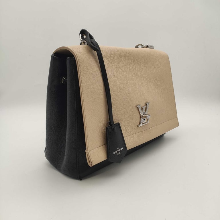LOUIS VUITTON Lockme Shoulder bag in Beige Leather In Excellent Condition For Sale In Clichy, FR