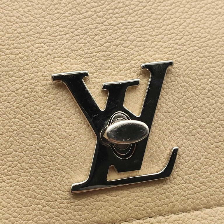 LOUIS VUITTON Lockme Shoulder bag in Beige Leather For Sale 5