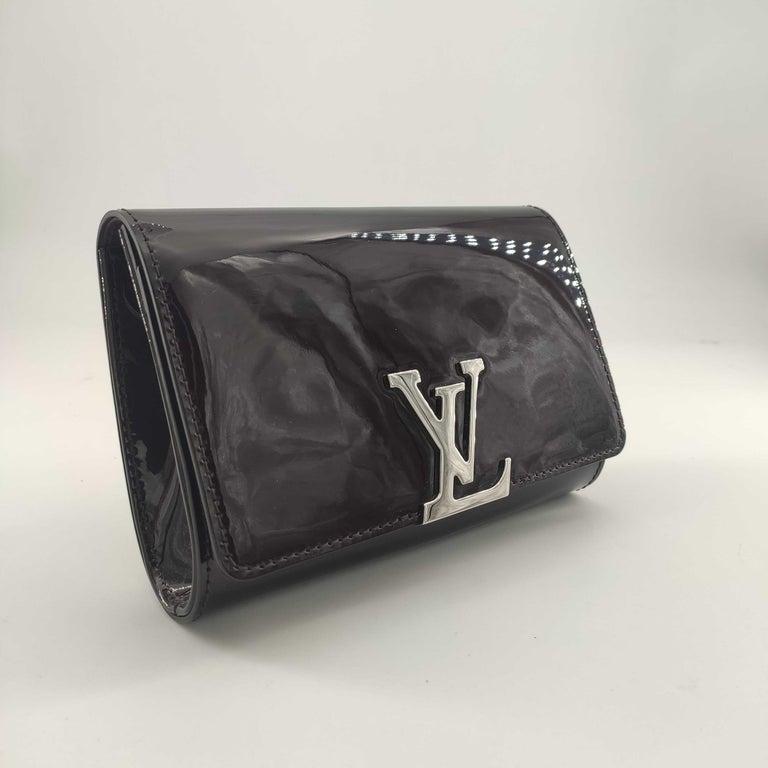 - Designer: LOUIS VUITTON - Model: Louise PM - Condition: Never worn.  - Accessories: Dustbag, Invoice - Measurements: Width: 18.5cm, Height: 12.5cm, Depth: 5cm, Strap: 113cm - Exterior Material: Patent leather - Exterior Color: Purple - Interior