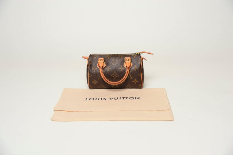 From the collection of SAVINETI we offer this Louis Vuitton Mini Speedy: -Brand: Louis Vuitton -Model: Mini Speedy -Year: 2004 -Code: TH0094 -Condition: Good (only a small cut at the zipper tag - see images) -Materials: Leather,