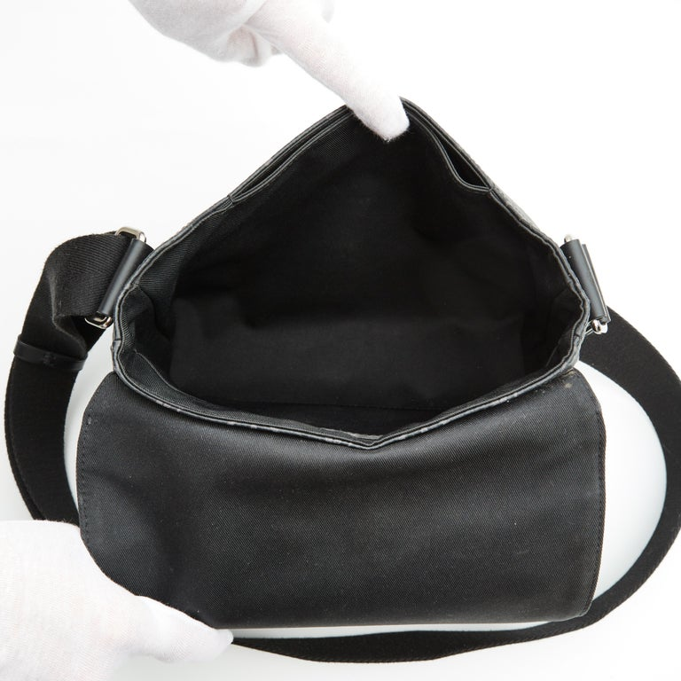 Louis Vuitton Monogram Black Eclipse District PM Messenger Bag (2017) In Excellent Condition For Sale In Montreal, Quebec