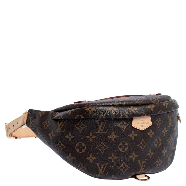 It's just as important to have the right accessories, as it is to have the right outfit. This Louis Vuitton creation is just what you need to do that. This piece has been made with signature Monogram canvas and will seamlessly complement your uptown