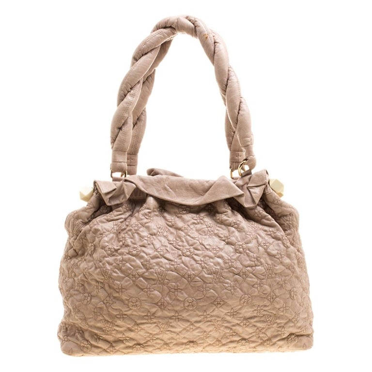 Designed with everyday elegance that is chic enough to stand out in your outfit, this Louis Vuitton Olympe Stratus Limited Edition shoulder bag is spacious enough to store all your essentials. Crafted in beige leather, this bag features embroidered