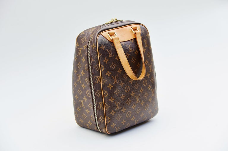 From the collection of Savineti we offer this Louis Vuitton Excursion shoe bag : -Brand: Louis Vuitton -Model: Excursion shoe bag -Year: 2003 -Serial Number: VI1013 -Condition: Good -Materials: canvas & leather   -       Length of the handle:
