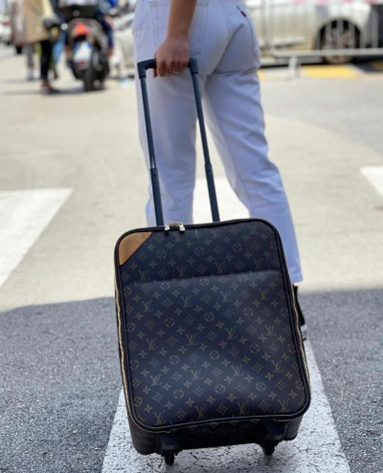 Louis Vuitton trolley made of Monogram canvas with cowhide details and golden hardware. Zip closure, internally large enough. Excellent hand luggage, it is in good condition.  Dimensions: 19 × 35 × 45 cm