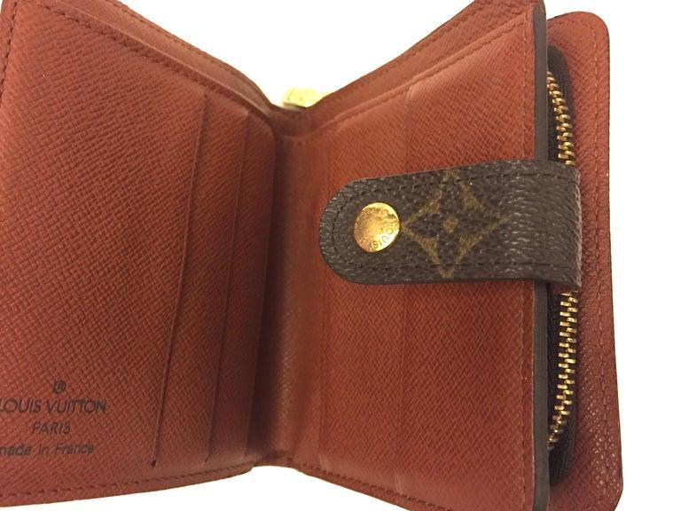 - Louis Vuitton monogram wallet with coins and cards holder/paper money compartments.   - Zip and push lock closure.   - Measurements: 10cm x 11cm x 3cm.