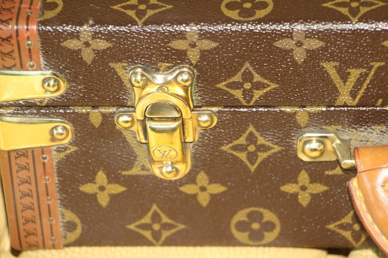 This elegant classeur briefcase features monogram canvas and a comfortable leather handle. Closed by a solid brass lock, it is accompanied by two crafted brass trunk latches. Its trims are printed with the LV logo all around. Its interior has a