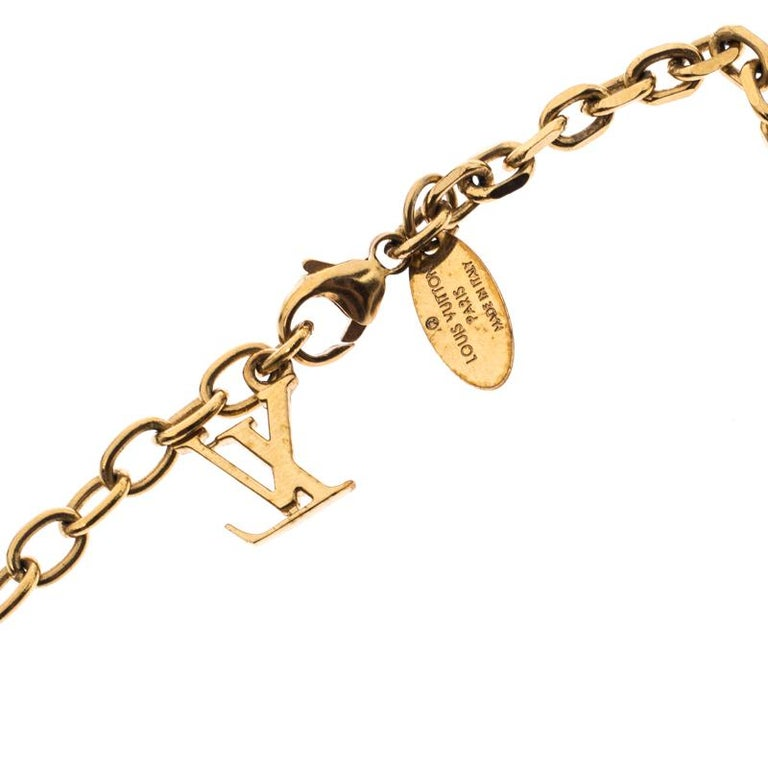 Made out of gold-tone metal, this flawlessly crafted necklace by Louis Vuitton can be your next prized possession. The necklace features a long chain holding crystal-set cubes. The necklace can be doubled to create a layered look and is finished