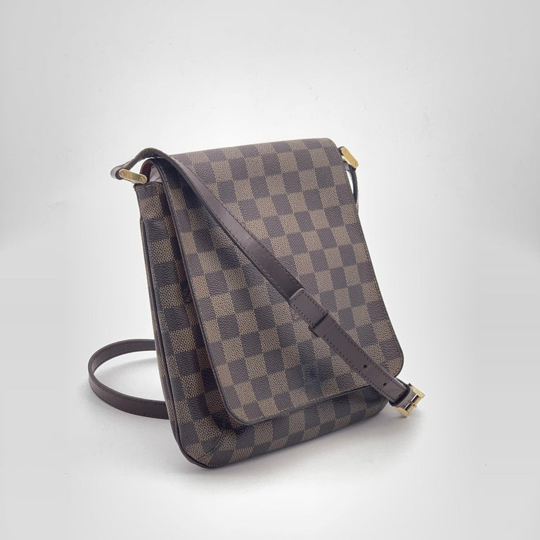 - Designer: LOUIS VUITTON - Model: Musette - Condition: Very good condition. Stain on the front of the bag, Sign of wear on Leather - Accessories: None - Measurements: Width: 21cm, Height: 24cm, Depth: 2cm, Strap: 120cm - Exterior Material: