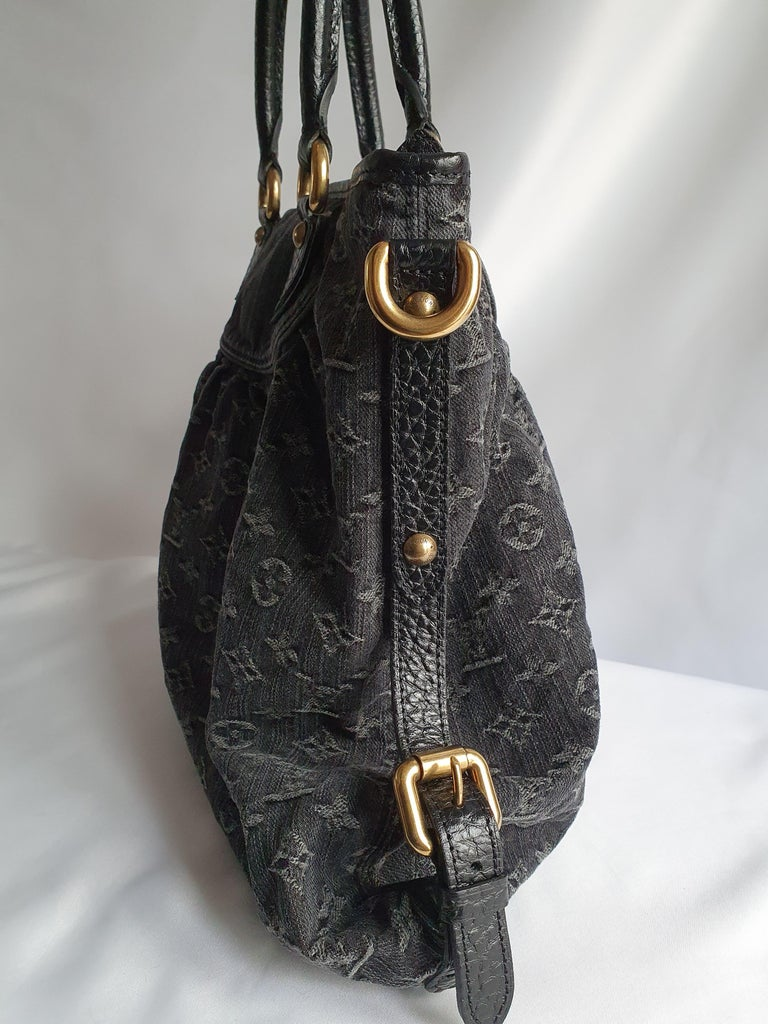 - Designer: LOUIS VUITTON - Model: Neo Gaby GM  - Condition: Very good condition.  - Accessories: None - Measurements: Width: 47cm , Height: 32cm , Depth: 13cm , Strap: 94cm  - Exterior Material: Denim - Jeans - Exterior Color: Grey - Interior