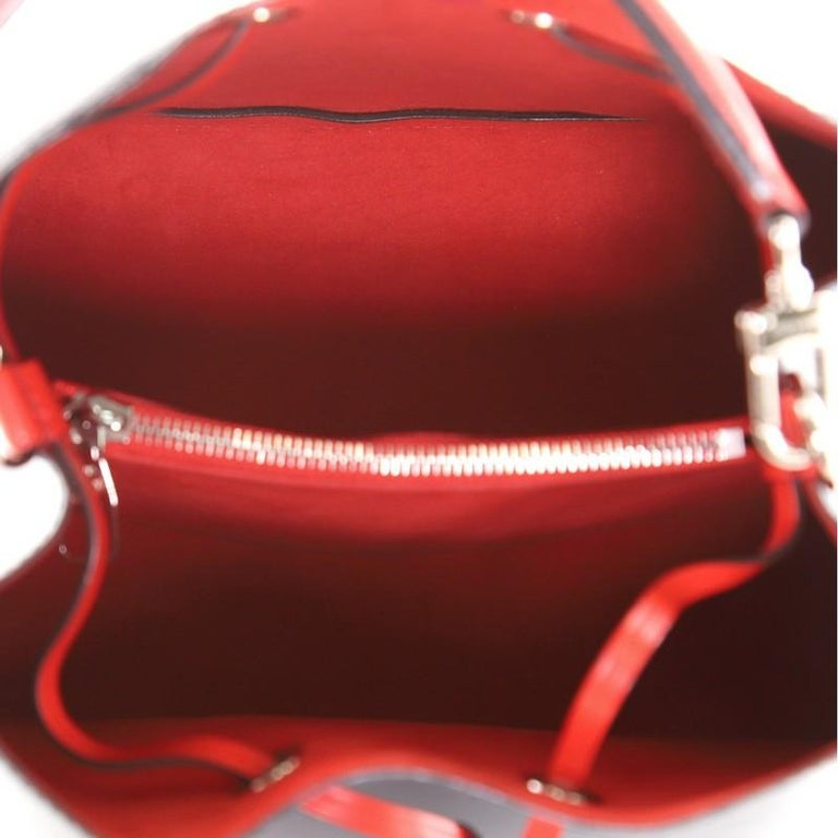 Louis Vuitton NeoNoe Handbag Epi Leather MM In Good Condition For Sale In New York, NY