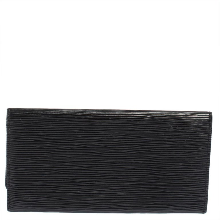 Store your monetary essentials effortlessly in this sturdy Epi Leather wallet. Louis Vuitton makes sure you stay at the top of your accessory game with this wallet. A statement-making black shade is the finest characteristic of this piece.