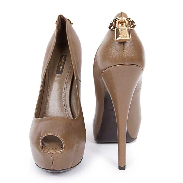 From Maison Louis Vuitton in smooth khaki leather. Size 39. Gold padlock jewelry on the back of the shoe. Mint condition. Heel height: 15 cm, platform height: 3 cm, insole length: 25.5 cm Will be delivered in their original dust bag.