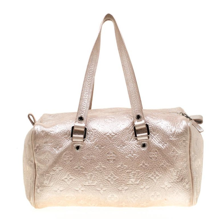 Designed for the stylish women of today, this limited edition Monogram Shimmer Comete bag from Louis Vuitton is high on aesthetics and elegance. Crafted from soft embossed monogrammed peach leather, this rare bag features a leather strand tassel in