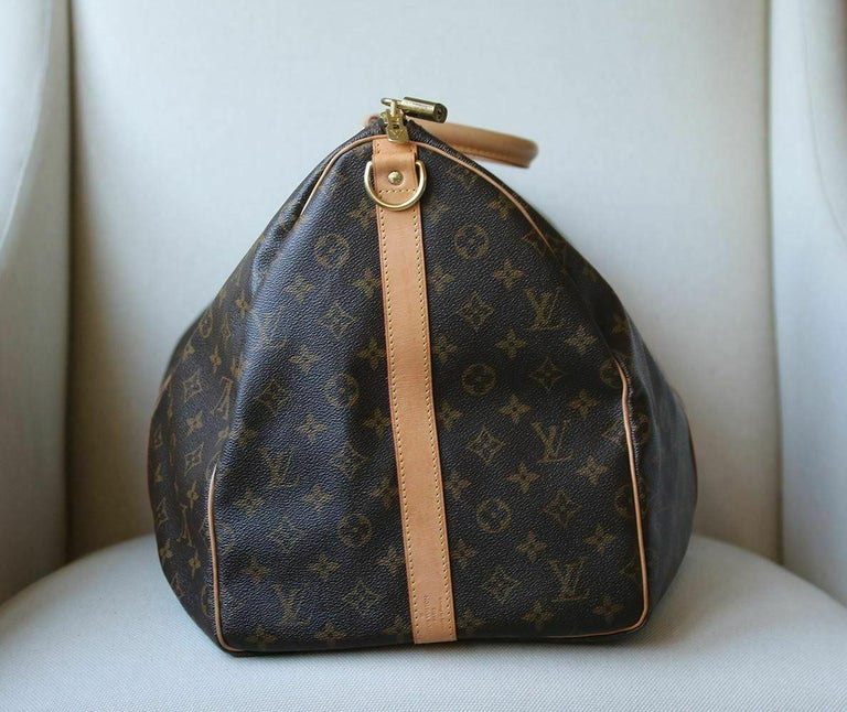 Faithful to Louis Vuitton's trunk-maker history, Mon Monogram perpetuates a tradition of refinement and service. Monogram canvas, brown canvas lining, natural cowhide trim. Golden brass pieces. Double zip closure. Rounded leather handles. Removable
