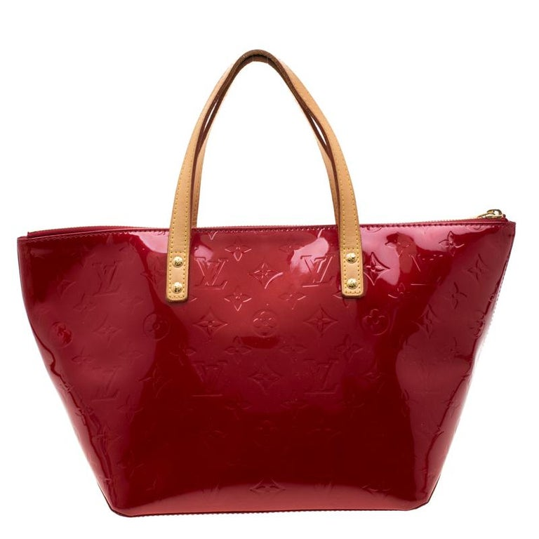 Looking for an every-day bag with just the right tinge of luxury? Your quest ends here with this Bellevue from Louis Vuitton. Wonderfully crafted from monogram Vernis, the bag brings a lovely shade, two contrast handles and a spacious fabric