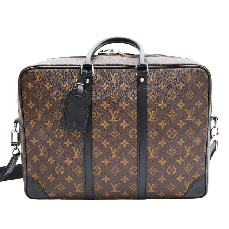 The Porte-Documents Voyage in Monogram Macassar coated canvas is a modern take on Louis Vuitton's iconic design. Perfect for a businessman looking for a visible and silhouette-oriented bag, it is very functional. The bag features black leather trim