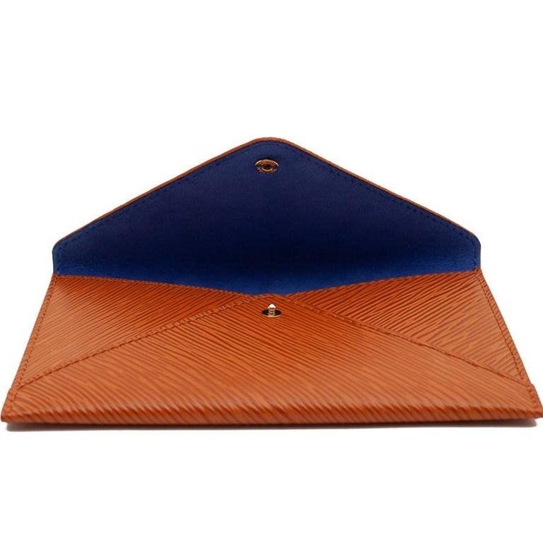Louis Vuitton small pouch In brown Epi Leather lined in blue indigo suede, and closing with a gold snap engraved Louis Vuitton. In very good condition. Embossed