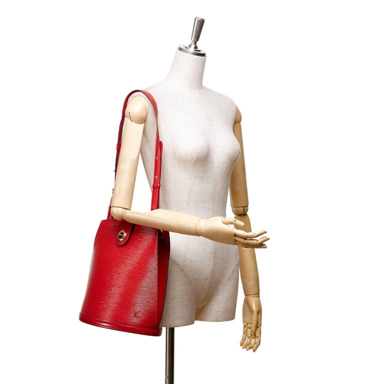 - Vintage Louis Vuitton red epi leather Cluny shoulder bag from 1996 collection.   - Featuring epi leather adjustable shoulder strap, a top strap with a twist lock closure.   - Interior slip pocket.   - Size: 33cm x 30cm x 17cm. Shoulder Drop: 33cm.