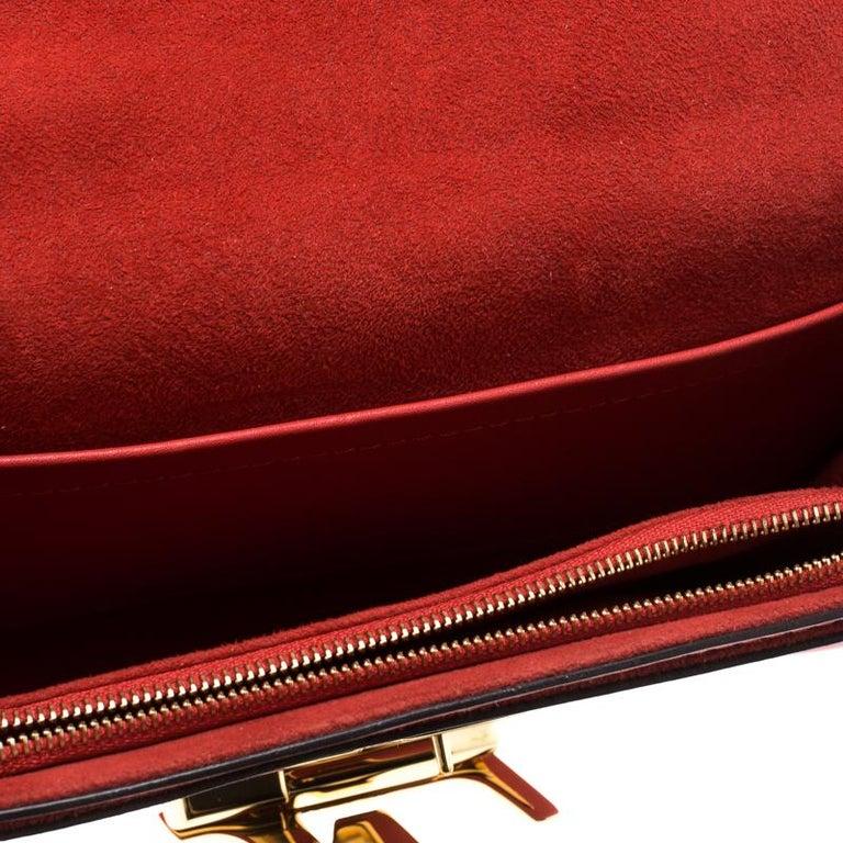 7d5c3bd6cc0c2 Louis Vuitton Rote Leder Kette Louise MM Clutch im Angebot bei 1stdibs